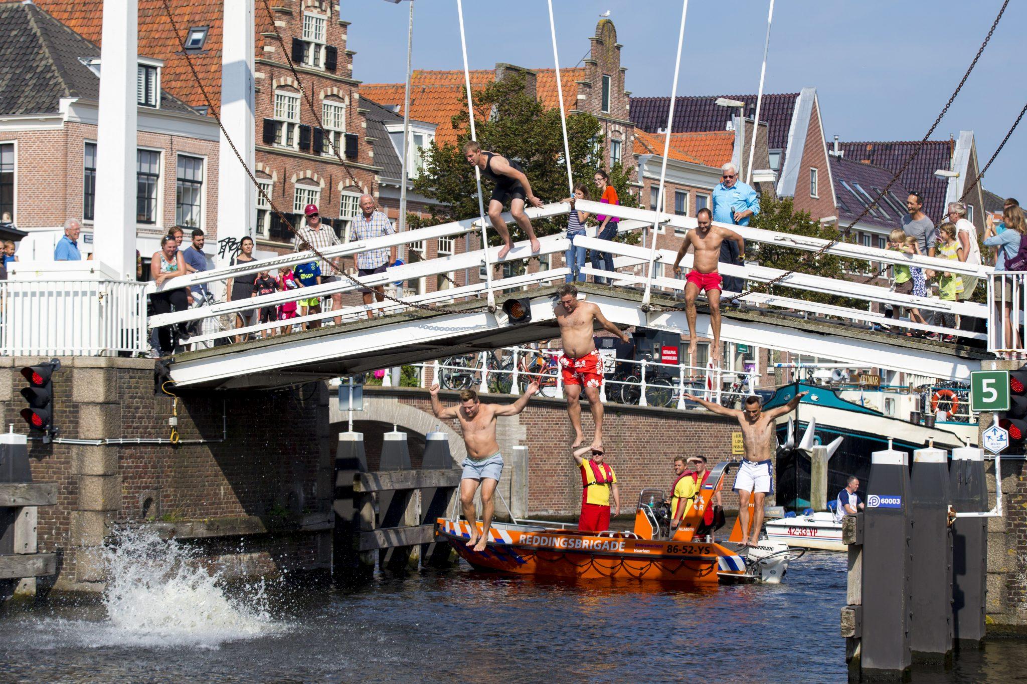Communicatie watersportevenement - Burgemeester Haarlem springt Spaarne in voor goed doel- Aftrap Swim to Fight Cancer in Haarlem. Foto Michel van Bergen