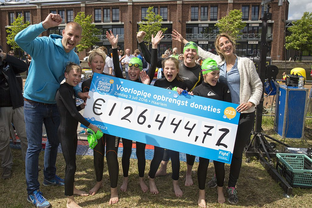 Opbrengst Haarlem Swim to Fight Cancer - Foto Michel van Bergen